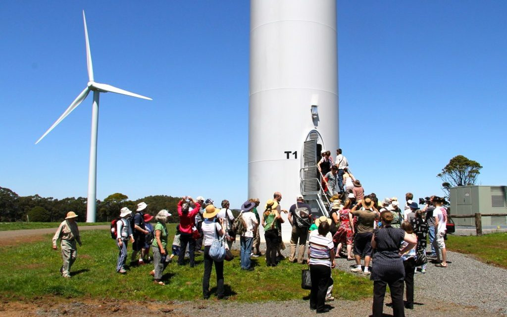 Victoria backs renewable energy community hubs with $900,000 investment